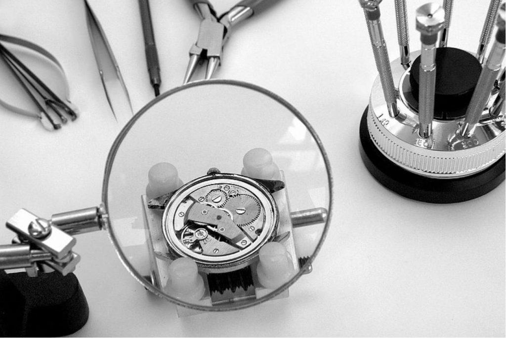 Servicio reloj automatico, lupa y destornilladores