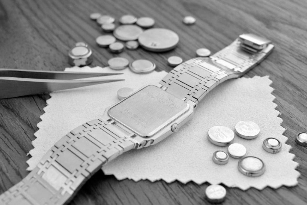 Baterías de reloj en blanco y negro